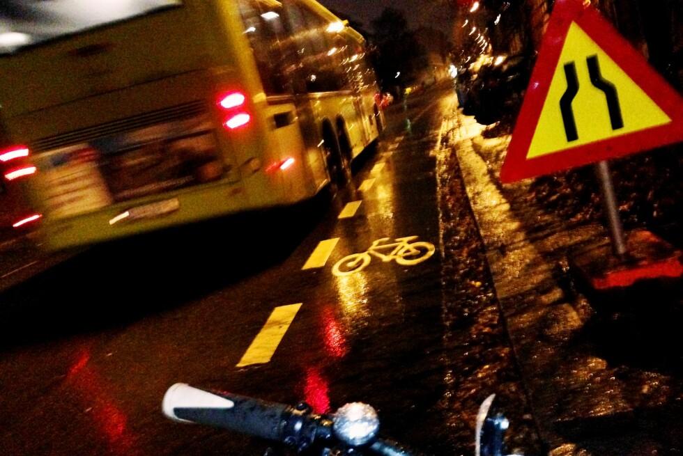 VINTERSYKLIST: Vi kan drømme om vinterhvite veier, tomme for biler og sporete snø. Men vintersyklisten møter vel så ofte nattsvart asfalt med en og annen isflekk. Skal du la de dystre utsiktene skremme deg? Foto: THOMAS STRZELECKI