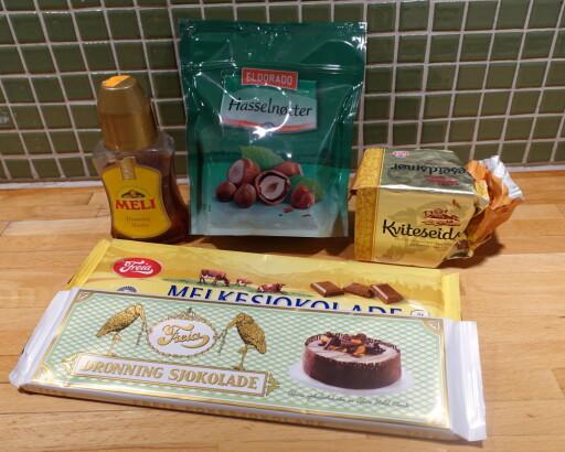 ENKLE RÅVARER: Sjokolade, hasselnøtter, litt smør og eventuelt honning, om du liker det skikkelig søtt. Foto: ELISABETH DALSEG