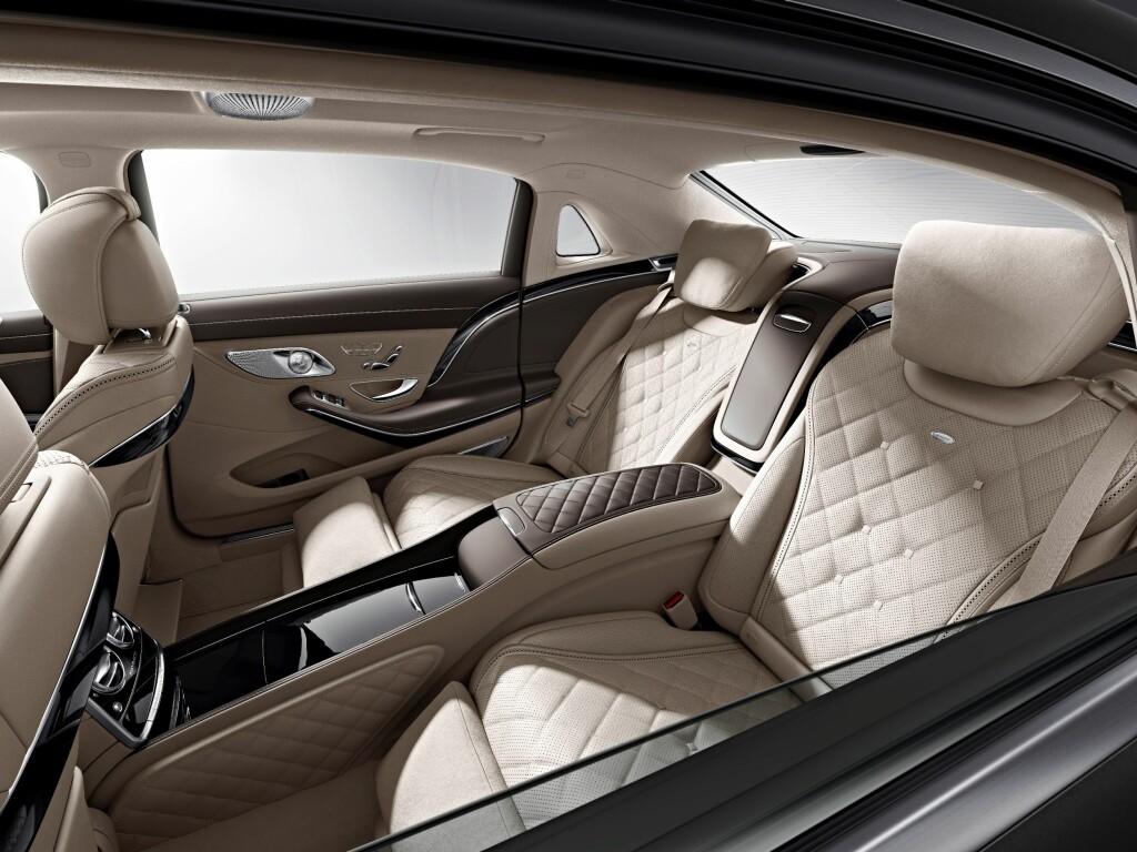 ÜBER-LUKSUS: Mercedes-Maybach skal avduke sin første luksuslomousin ganske snart, på bilutstillingen i Los Angeles. Dette, smat logoen i hekken, er alt vi har fått se så langt. Foto: DAIMLER