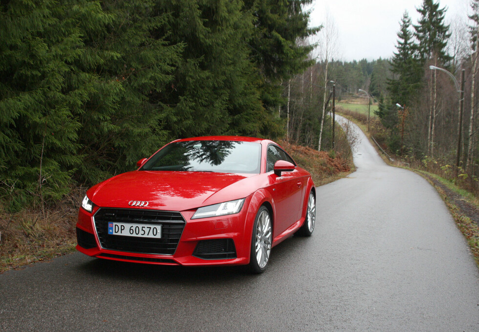 NÅ SNAKKER VI: Audi TT er nå blitt en fullmoden sportsbil. Og i denne utførelsen, med senket sportsunderstell, S-line eksteriørpakke og 20-tommers aluminiumsfelger i Y-design, ser den unektelig veldig tøff ut. At det går utover komforten kan vi imidlertid skrive under på. Foto: KNUT MOBERG