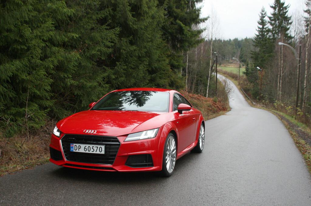<b>NÅ SNAKKER VI:</b> Audi TT er nå blitt en fullmoden sportsbil. Og i denne utførelsen, med senket sportsunderstell, S-line eksteriørpakke og 20-tommers aluminiumsfelger i Y-design, ser den unektelig veldig tøff ut. At det går utover komforten kan vi imidlertid skrive under på. Foto: KNUT MOBERG