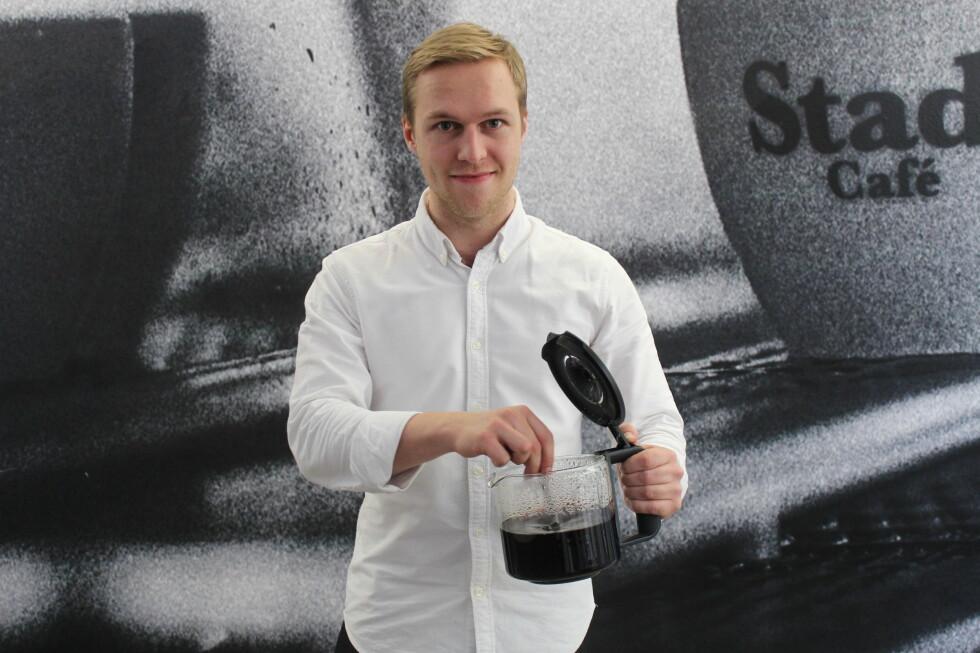 KAFFEN VIKTIGST: Det er så mye mer enn maskinen som spilelr inn når du trakter kaffe, sier barista Måns Akne Andersson i Barista School. Foto: ELISABETH DALSEG