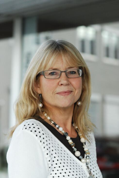 FORKLARER GJERNE: Kommunikasjonssjef Anne Gjemdal i Lilleborg har hjulpet oss med å forstå hva industriell såpe egentlig består av. Foto: LILLEBORG