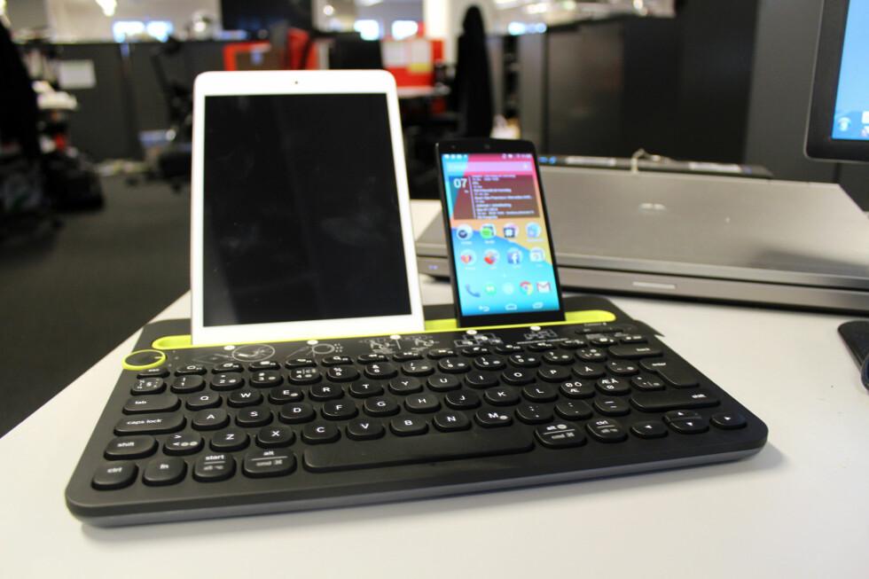 FOR DEN MED MANGE DINGSER: Logitech K480 kan være midt i blinken for deg som bytter mye mellom å skrive på PC-en, nettbrettet og mobilen. Foto: KIRSTI ØSTVANG