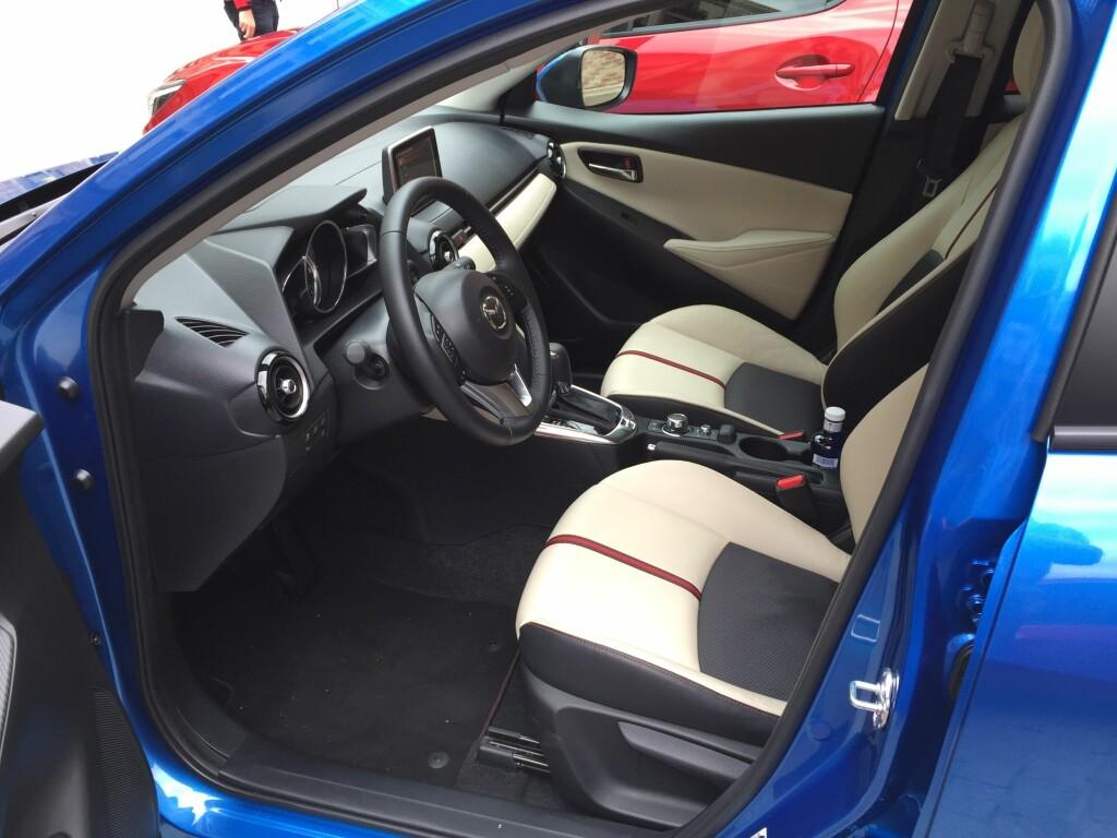 PREMIUM: De færreste vil nok velge skinn, men Mazda 2 tilbyr premiumutstyr som  Headup display, automatisk nedblending, Full LED og omfattende underholdningspakke. Foto: RUNE M. NESHEIM