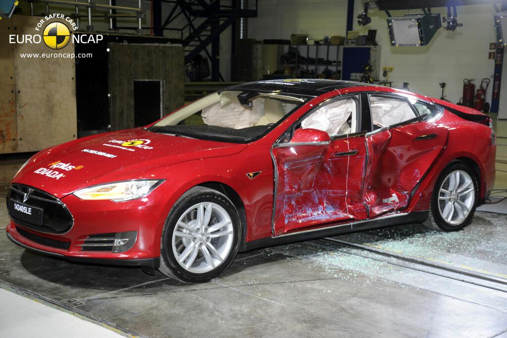 SOLID: Tesla Model S klarte seg bra i sidekollisjons-testen. Foto: EURO NCAP
