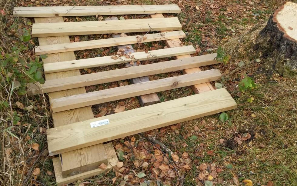 UNDERLAG: En slags pall laget av trykkimpregnerte restmaterialer. Foto: BRYNJULF BLIX