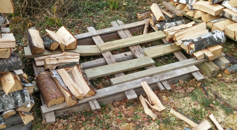 STØTTE: Begynn med å stable støttesøyler i kryss i hvert hjørne. Foto: BRYNJULF BLIX