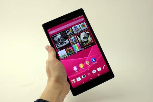 LITEN OG LETT: Xperia Z3 Tablet Compact veier bare 270 gram, men byr allikevel på god batteritid og er dessuten vanntett. Foto: PÅL JOAKIM OLSEN