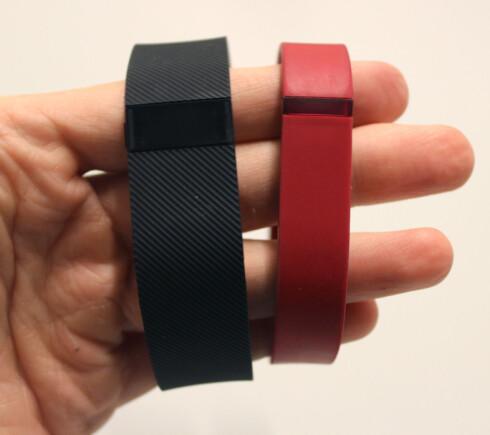 CHARGE VS. FLEX: Det er ikke bare størrelsen som skiller de to armbåndene. Nye Charge har noen flere funksjoner, men er samtidig flere hundrelapper dyrere. Foto: KIRSTI ØSTVANG