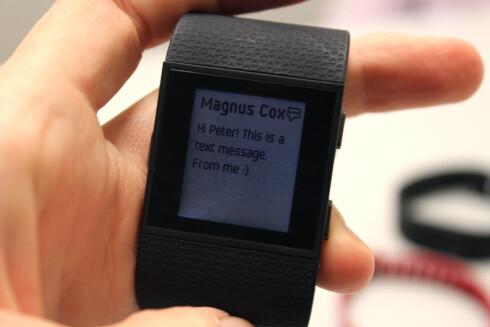 SMS PÅ KLOKKA: Fitbit Surge har noe smartklokke-funksjonalitet også, om enn ganske begrenset. Foto: KIRSTI ØSTVANG