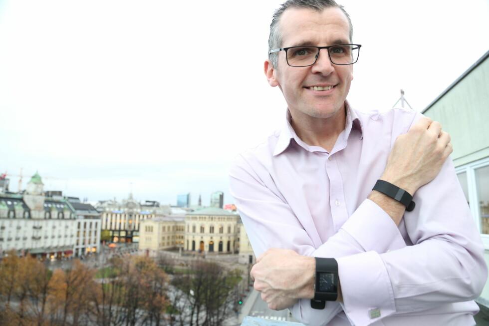 FRA ARMBÅND TIL KLOKKE: Fitbit utvider reportoaret med nye produkter. Deriblant et armbånd med innebygd pulsmåler og en treningsklokke. Vi slo av en prat med Peter Groom, selskapets europeiske salgssjef. Foto: PRODUSENTEN