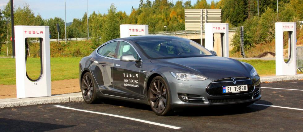 RUSTER OPP: Tesla åpner flere ladestasjoner samtidig som salget har fått en kraftig nedtur.   Foto: KNUT MOBERG