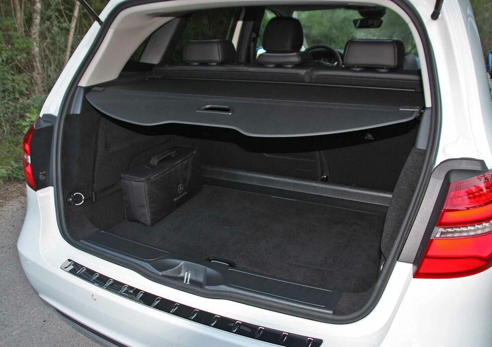 ROMSLIG: Som på de andre B-klasseversjonene er det god plass inne i B-klasse Electric Drive. Her bagasjerommet som har et oppgitt volum på 501 liter). Foto: KNUT MOBERG