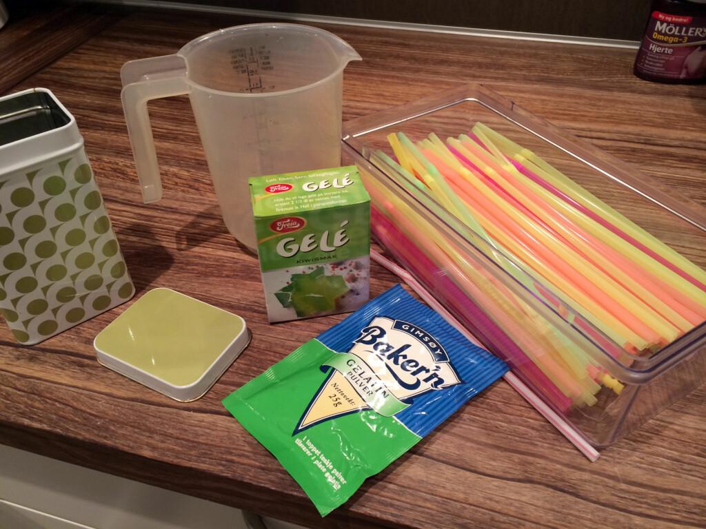 DETTE MÅ DU HA: Sugerør og gelé må du i alle fall ha. Vi hadde lest at det skulle bli enda bedre med gelatinpulver, så vi tok med det også ... Foto: KRISTIN SØRDAL