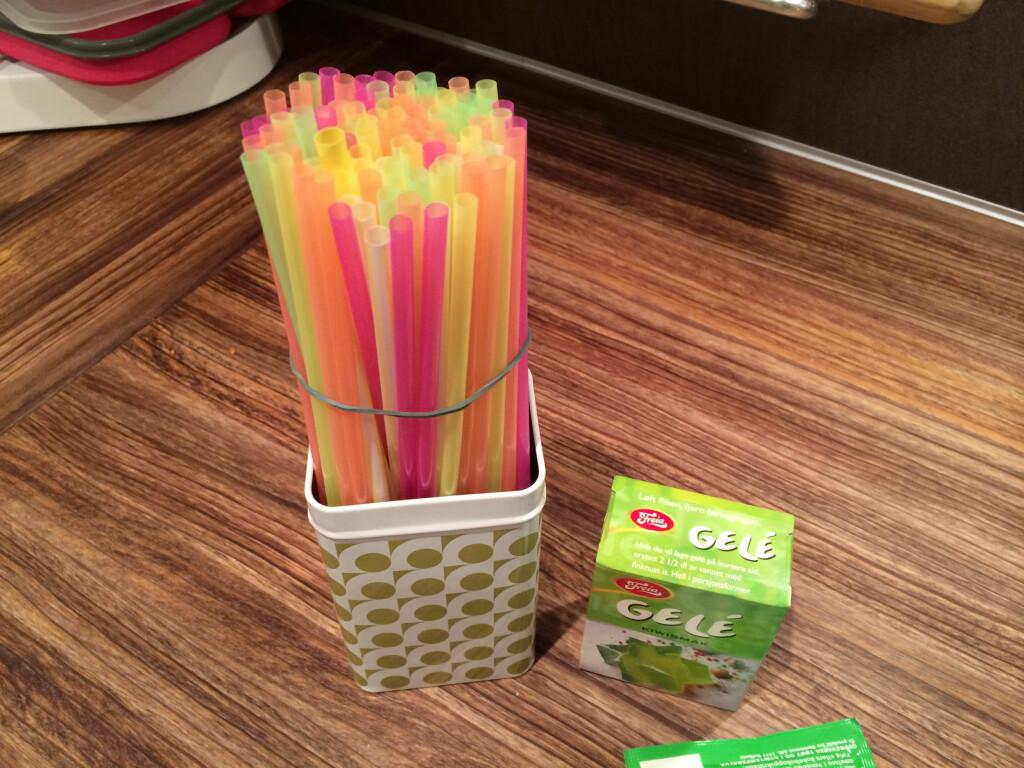 STRIKK ELLER TEIP: Ta en strikk eller en teip rundt sugerørene, for å holde de samlet i toppen. Foto: KRISTIN SØRDAL