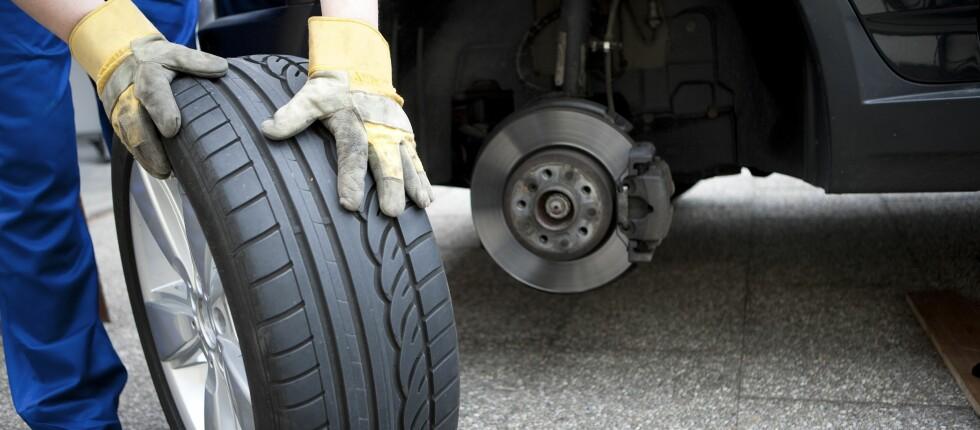 MØNSTERDYBDEN: Etter 1. november skal mønsterdybden være tre millimeter, selv om du fortsatt kjører med sommerdekk.   Foto: ALL OVER PRESS