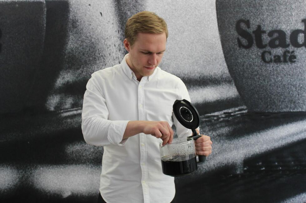 ENKELT OG SMART: Rør rundt, så får alle like sterk kaffe, er tipset fra Måns Akne Andersson i Barista School.  Foto: ELISABETH DALSEG