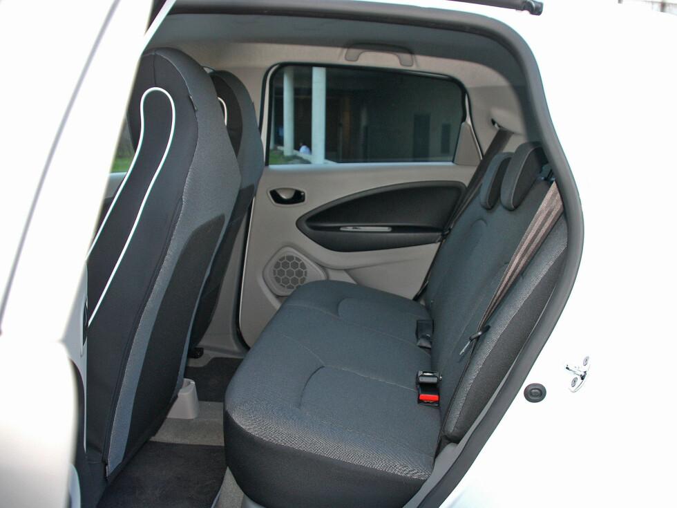 OVERRASKENDE ROMSLIG: Det er omtrent like god plass her som i Nissan Leaf, tross bilens mer kompakte dimensjoner. Foto: KNUT MOBERG