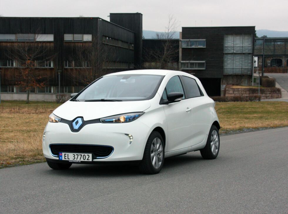 MYE MER AKTUELL: Med alle fordelene Renault Zoe har, ser det nå ut til at salget er i siget. Vår ukelange test bekrefter at denne gjennomtenkte elbilen absolutt er konkurransedyktig. Bilen er lettkjørt, rimelig kvikk og stabil på veien. Den tar dessuten relativt liten plass i trafikken, men er overraskende romslig og har greit med bagasjeplass. Foto: KNUT MOBERG