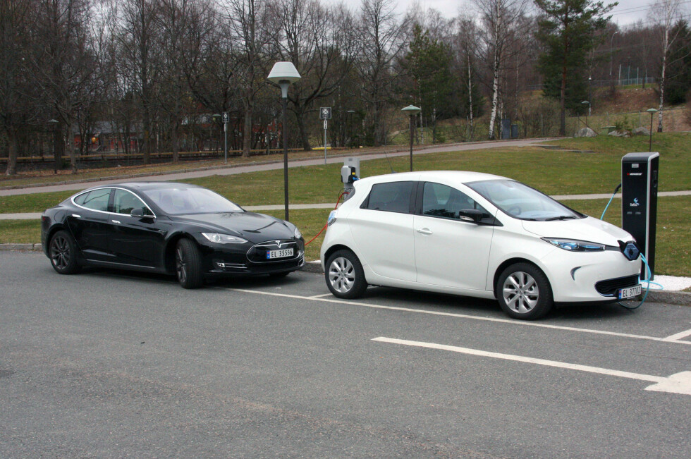 IKKE SÅ LITEN: Bildet lyver litt, men Zoe (her parkert foran en Tesla Model S), har proporsjoner som favoriserer plassutnyttelsen, tross en lengde begrenset til 408 centimeter. Foto: KNUT MOBERG