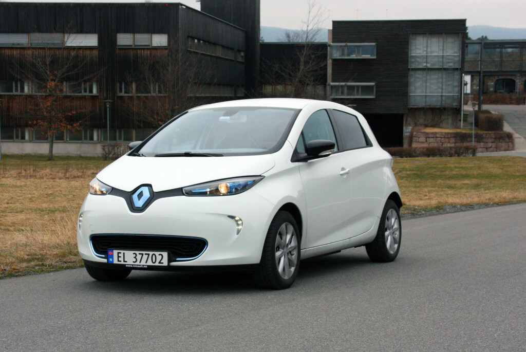<b>MYE MER AKTUELL:</b> Med alle fordelene Renault Zoe har, ser det nå ut til at salget er i siget. Vår ukelange test bekrefter at denne gjennomtenkte elbilen absolutt er konkurransedyktig. Bilen er lettkjørt, rimelig kvikk og stabil på veien. Den tar dessuten relativt liten plass i trafikken, men er overraskende romslig og har greit med bagasjeplass. Foto: KNUT MOBERG