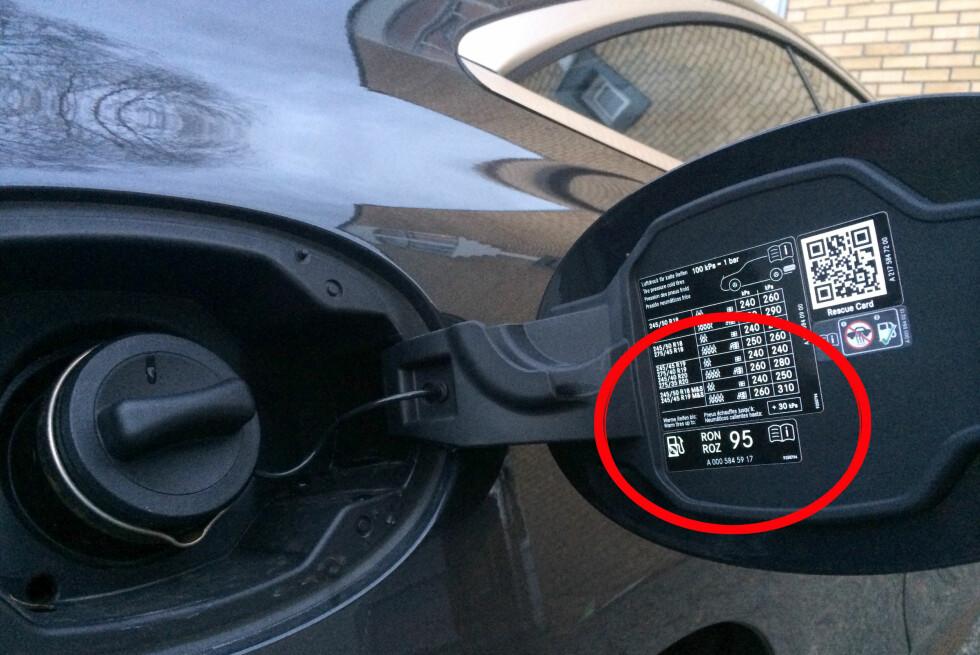 FØLGER DU DET SOM STÅR HER? Denne bilen skal ifølge informasjonen på tanklokket ha 95-oktan. Men hva skjer dersom du fyller 98? Foto: KRISTIN SØRDAL