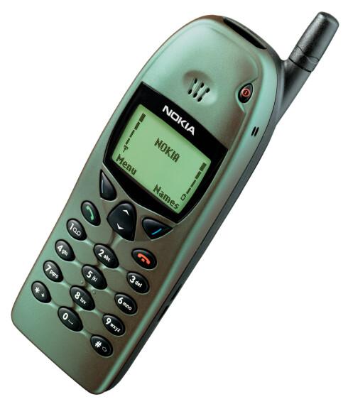NOKIA 6110: Hadde en kameleonaktig farge, som gjorde at den vekslet mellom grønt og lilla. Telefonen var for øvrig den første til å ha ordentlige menyikoner.  Foto: NOKIA