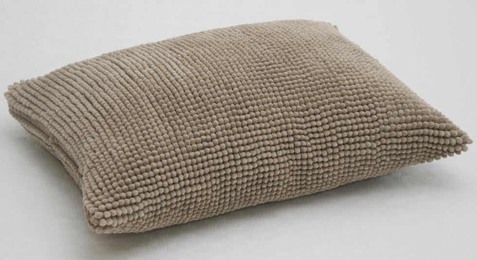 BADEMATTE BLE GULVPUTE: Mange vil kanskje kjenne igjen denne badamatten: Toftbo. Har du tenkt på at den kan lages om til en myk og deilig gulvpute? Foto: ERIK HANNEMANN/SIV ENDRESEN