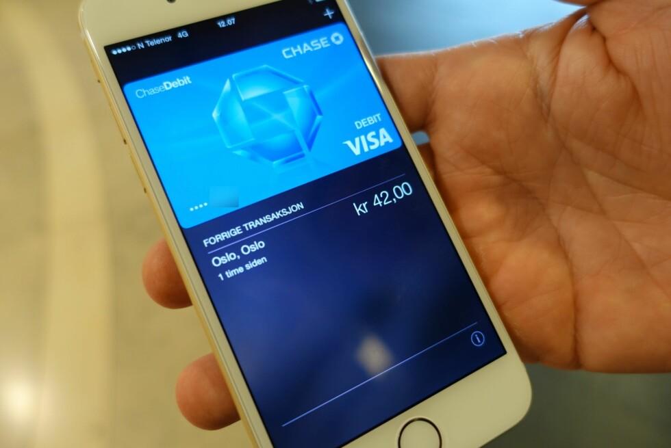 Ingen vet nå Apple Pay kommer til Norge, men løsningen har fått fart på konkurrenter her i Norge før iPhone-produsenten eventuelt tegner kontrakter med norske banker. DNB har allerede startet NFC-betalingssamarbeid med Telenor, mens mCash er et alternativ som ikke bruker NFC, men mobilkameraet. Dermed trenger heller ikke butikkene å oppgradere terminalene sine. Foto: TROND BIE