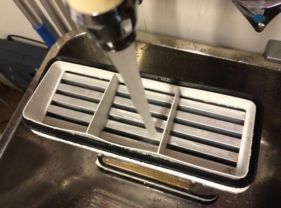 ... Så SPYL: Kondensatoren kan spyles av i vasken eller i dusjen - men pass på at ikke all loen får forsvinne i sluket. Foto: KRISTIN SØRDAL