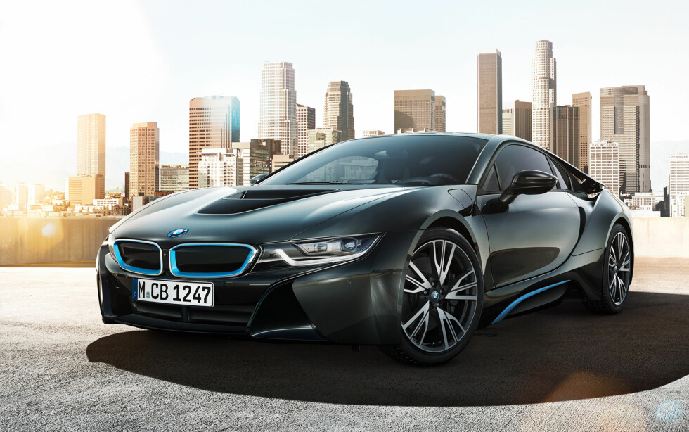 TO VERDENER: BMW i8 leverer det beste fra to verdener. Den er en elbil, samtidig som den har en forbrenningsmotor for de lange turene.   Foto: BMW