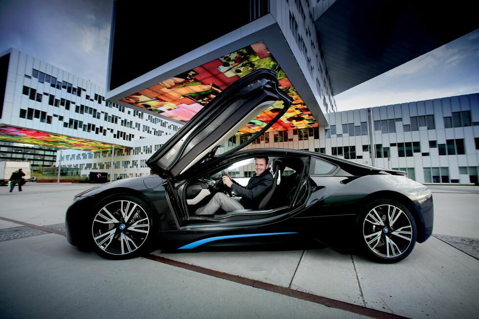 Årets Bil 2014? Marius Holm i Zero poserer med den ladbare hybriden BMW i8 foran Statoils hovedkontor på Fornebu. Foto: BJØRN LANGSEM / DAGBLADET