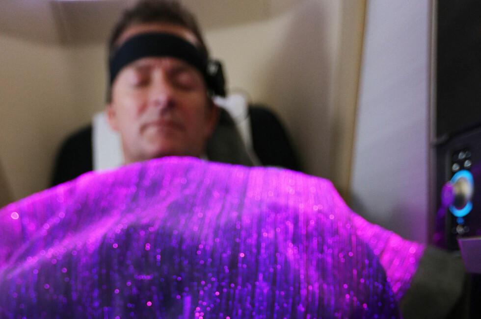 <strong><b>VIL MÅLE HUMØRET DITT:</strong></b> Pannebåndet registrerer hjernebølger og humørsvingninger - og sender dette videre til et teppe som endrer farge etter hvilket humør du er i. (Foto: BRITISH AIRWAYS)  Foto: Nick Morrish/British Airways