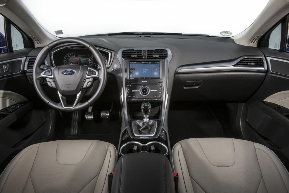 GOD FØLELSE:Interiøret gir en god kvalitetsfølelse. Enkelte funksjoner burde hatt egne knapper fremfor å legges langt inn i menyer.  Foto: Charlie Magee