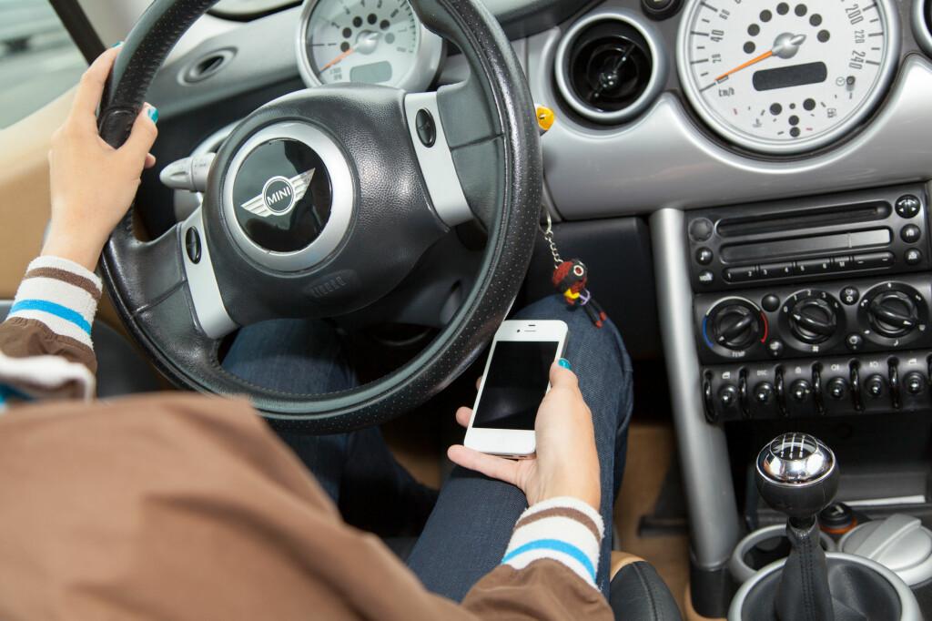<b>HANDSFREE I BILEN:</b> Faller du for fristelsen til å bruke mobilen på vanlig måte bak rattet er du en fare både for deg selv og dine omgivelser. Dessverre kan fristelsen bli stor dersom Bluetooth-forbindelsen ikke virker... Foto: COLOURBOX.COM