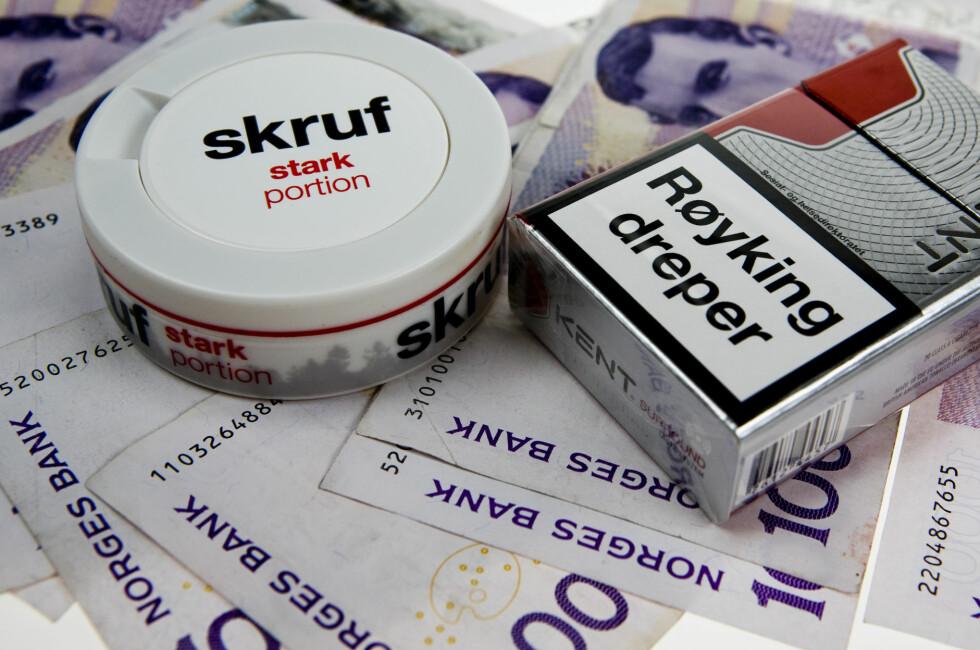 TUSENVIS: Røyker eller snuser du daglig, bruker du flere tusen kroner årlig på tobakksforbruket. Foto: PER ERVLAND