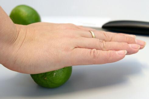PRESS OG RULL: Så blir det mye lettere å få ut saften av limen. Foto: OLE PETTER BAUGERØD STOKKE
