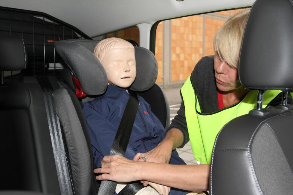 FOR MANGE SATSER PÅ LOGISK SANS: 38 prosent av de spurte i YouGov sin undersøkelse om sikring av barn i bil sier at de brukte logisk sans når de sikrer barna i bilen. Her viser Hege Lysø fra Babyshop en feil mange kan oppleve, at barnets armer er under beltet. Foto: MORTEN MOUM
