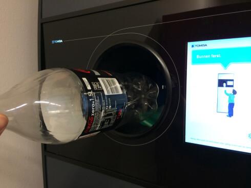 STREKKODE: Etiketten med strekkode bør være på plass når man panter, hvor det ligger informasjon om blant annet sorteringen av flaskene. Foto: BERIT B. NJARGA