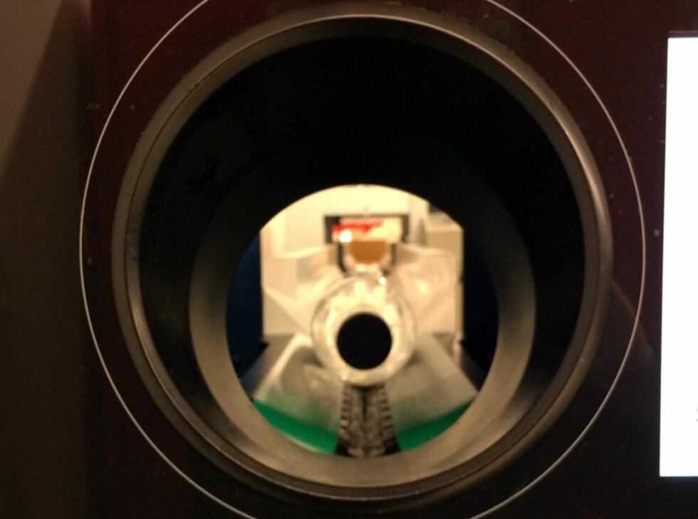 360 GRADER: Flaskene snurrer ikke rundt i T-9, men leses av fra alle kanter. Foto: BERIT B. NJARGA