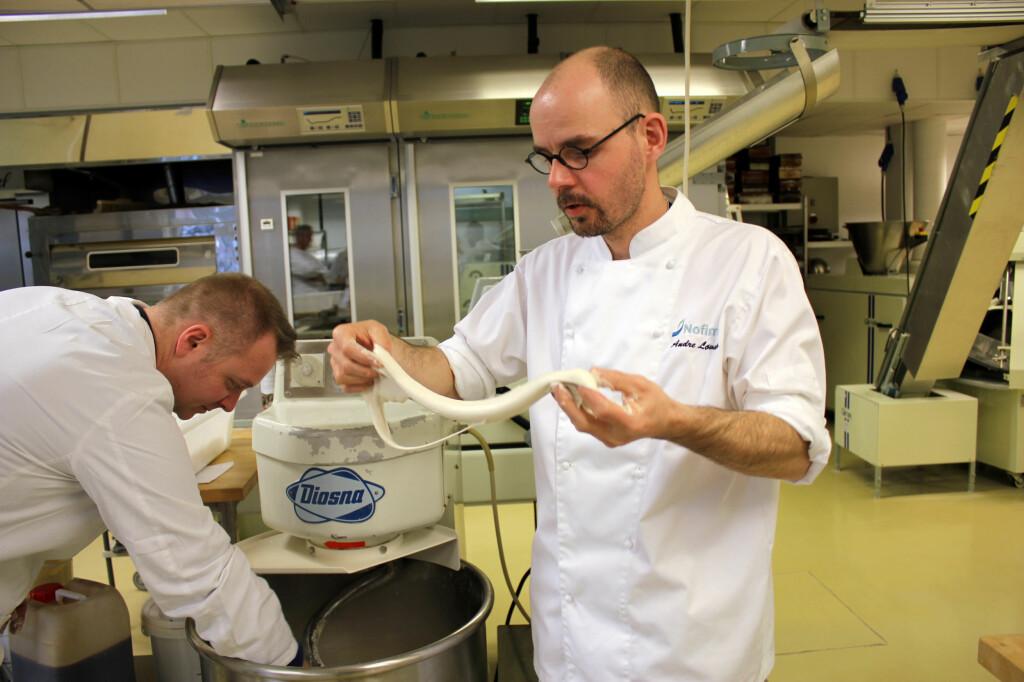 KJENN PÅ DEIGEN: Baker André Løvaas ved Nofima anbefaler å kjenne på og smake på deigen underveis i bakeprosessen. Foto: KRISTIN SØRDAL