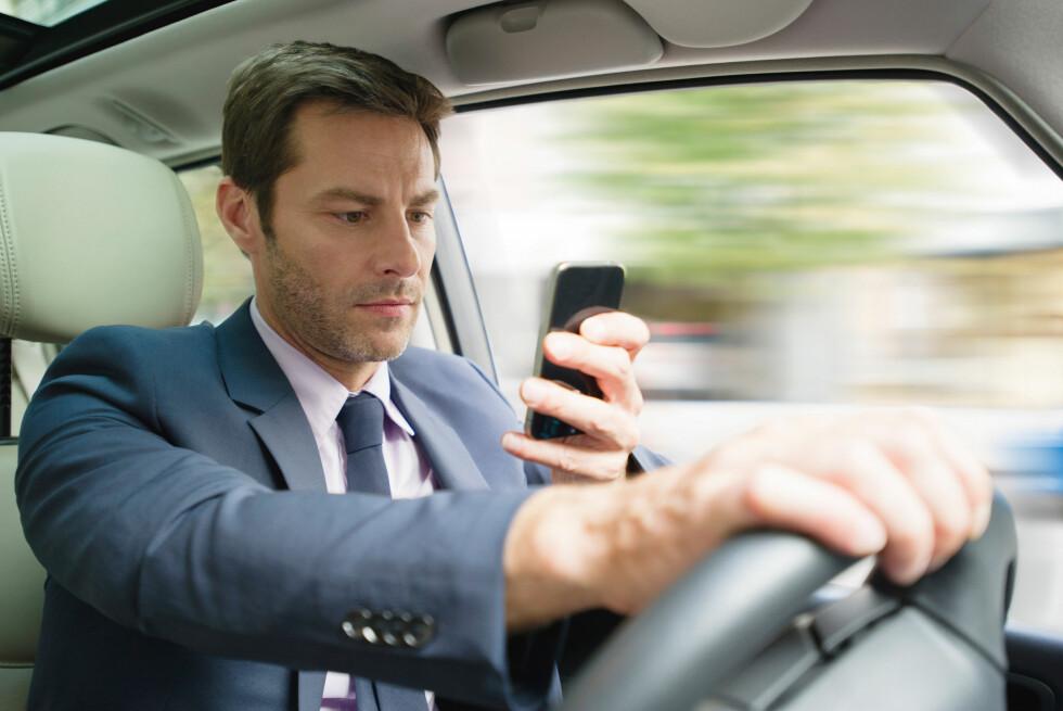 MENN VERRE ENN KVINNER: Undersøkelser viser at menn bruker mobilen mer enn kvinner mens de kjører. Foto: ALLOVERPRESS