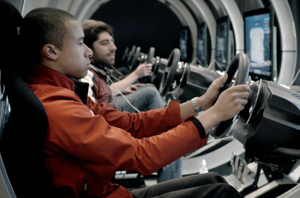 SPILLERNES VÅTE DRØM: Nissan henter førerne sine fra spillmiljøet og tester dem i sitt Nissan GT Academy. Foto: NISSAN/TELLUSWORKS