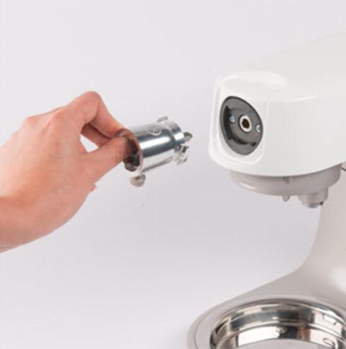 ADAPTER: Nye Kenwood-maskiner vil få et adapter slik at de kan bruke utstyr tilpasset de gamle festene. Foto: KENWOOD