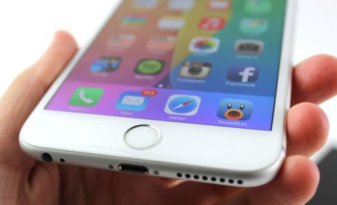 KJEKK HJEMKNAPP: Du kan låse opp iPhone 6 Plus bare ved å holde fingeren på hjemknappen. Den er rask og presis. Foto: KIRSTI ØSTVANG