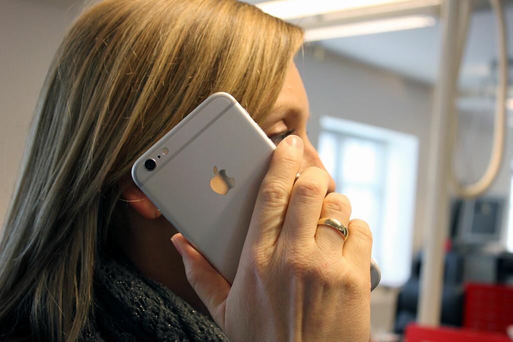 <b>IKKE AKKURAT DISKRET:</b> iPhone 6 Plus er et monster av en telefon. Foto: KIRSTI ØSTVANG