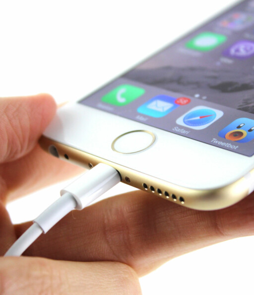 APPLE-KONTAKTEN: Det er fortatt Lightning-kontanten som gjelder, selv om resten av mobilprodusentene går for mikro-usb.  Foto: KIRSTI ØSTVANG