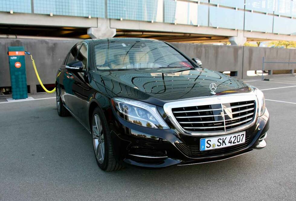 DE HAR GJORT DET! Luksus-Mercedesen kan lades fra stikkontakt - og har du ikke altfor lang vei til jobb, kan den kjøres utslippsfritt hele uken. Men den duger mer enn fint til langtur også! Foto: KNUT MOBERG