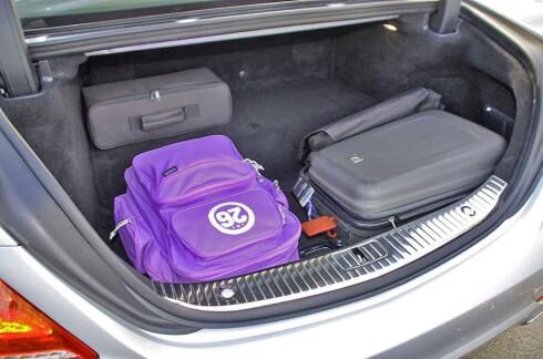 IKKE ALLVERDEN: Med knappe 400 liter bagasjeromsvolum er det tydelig at kompromiss er blitt inngått for å redusere karbonavtrykket fra denne kraftfulle luksusbilen. Foto: KNUT MOBERG